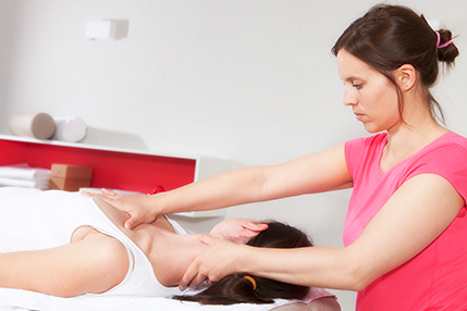 Britta Faller bei Osteopathie Behandlung